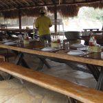 Frühstücks- und Mittagsplatz unterm Strohdach