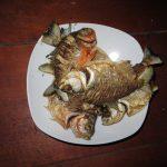 Gebratene Piranhas auf Teller