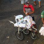 Händler am Kai mit Ware auf Dreirad