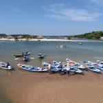 Taxi Boote warten in der Bucht auf Passagiere