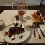 Gedeckter Tisch mit Essen im Restaurant
