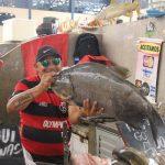 Händler mit großem Fisch