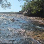 JAn auf dem Weg nach unten auf der natürlichen Wasserrutsche