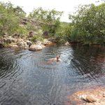 Jan im schwarzen Wasser des Pools
