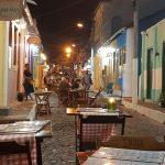 Blick auf Seitenstraße mit leeren Tischen